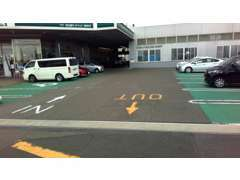 入口入るとすぐに広い駐車場をご用意しております。店舗奥が商談コーナーです。