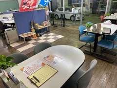店内では落ち着いたオープンスペースな作りとなっております。