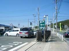 こちらが入口です。すぐ左側に駐車場がございますので、ご利用ください。