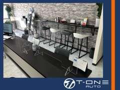 商談カウンターにはコロナ感染予防のパーテションを設置。また整備をお待ちのお客様にもおくつろぎ席をご用意しております。