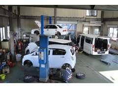 車両入庫時の点検、納車前の点検整備等は併設の近畿運輸局長指定工場にて、常駐の国家整備士がフォローさせていただきます!