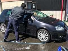 スタッフが1台1台丁寧に洗車しています!またコロナ対策も行っております。消毒液化に、ハンドルカバーもご用意しています。