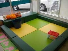 キッズコーナーを新設いたしました。お子様連れでも大丈夫です。カーボくん(オレンジ色)と遊んであげて下さい。