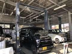 整備工場も併設しております。あなたの大切な車を長くお付き合い出来るようしっかり点検・整備致します。車検もお得です(^^♪