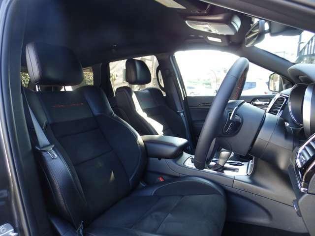 レザーとスウェードを合わせ、非常にサポート性にも優れたシートです。ゆったりと座り、運転も楽になります。