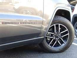 トレイルホーク専用タイヤも非常にスタイリッシュな仕上がりです。