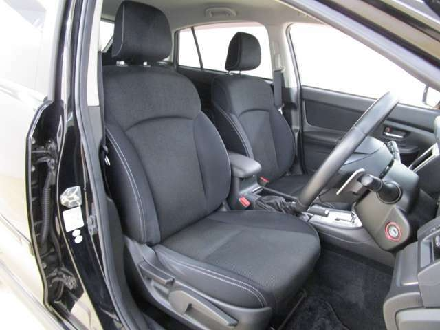 ゆったりとしたフロントシートです。お好みの位置・角度と座面の調整が可能です。