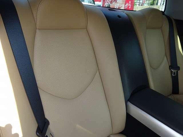 後部座席は使用感がなくきれいです!