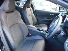 本革と上級ファブリックのコンビ表皮のシートは、体をしっかり支える、サイドサポートをデザインした、快適な座り心地です。フロント両席には、シートヒーターを標準装備しています。