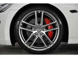 20インチ「MCデザイン」アルミホイールが装着されています。タイヤサイズは前輪:245/35/ZR20  後輪:285/35/ZR20です。