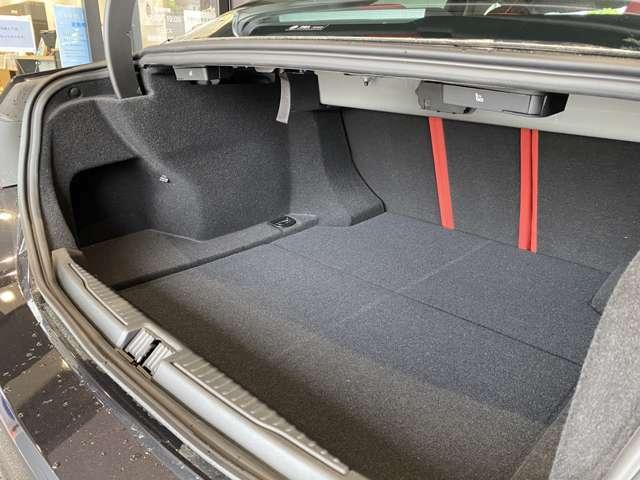 奥行だけでなく、手前には空間を確保している為、ゴルフバッグの収納も可能です!