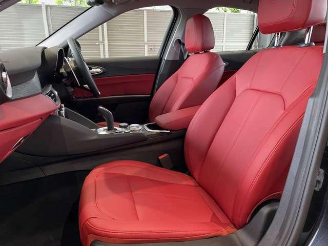 レッドレザー仕上げのシートはイタリア車らしい雰囲気が演出されております!パワーシートやシートヒーター完備!
