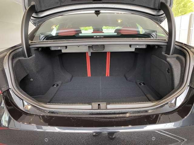 後席乗車時最大480リッター!手前には空間を確保している為、ゴルフバッグの収納も可能です!