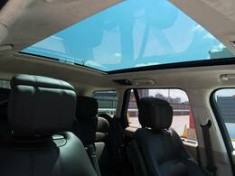 明るく開放的な光を生み出し広々とした空間を演出するパノラミックルーフ!快適な車内温度を維持し日差しの影響を抑えるとともにプライバシーを保つガラスを採用。電動サンブラインドも装備!