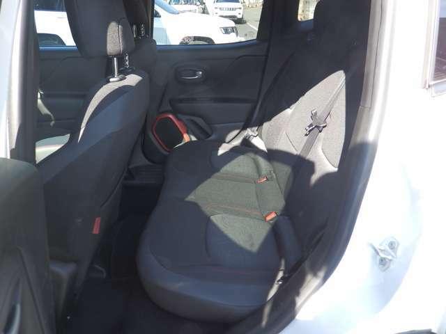前席を下げているため、足元が狭くなっております。運転ポジションに合わせれば後部座席に大人も軽々乗れます。