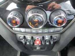 運転席と助手席で温度が変えれるデュアルエアコンです。
