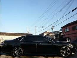 こちらのお車ですが、20インチアルミホイルに車高調付きで、キマってます♪撮影時は少し低めの設定となっておりますが、ご納車時にはご要望に合わせて車高調整させて頂きますので、お気軽にお申し付けください♪