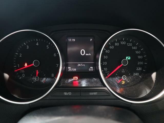 視認性の良いメーターは中央の液晶ディスプレイに平均瞬間燃費速度などのドライビングデータを選択して表示することができます。