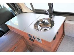 冷蔵庫を閉めればキッチンスペースに!!シンクも搭載でとっても便利!!