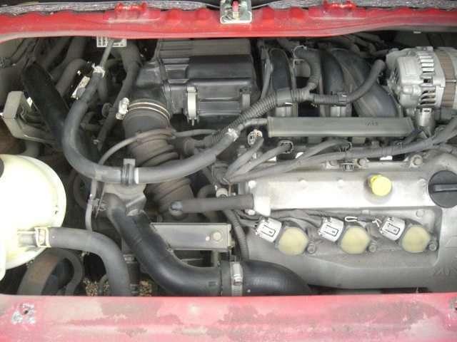 <エンジンルーム>年式のわりにきれいでコンディションがよいエンジンルームです。なおタイミングチェーン仕様のため、安心してお乗りいただけます。