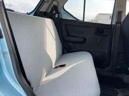 足元を広く設定されたリアシート。シートの厚みもしっかりとしており、座り心地の良い設定になっております。