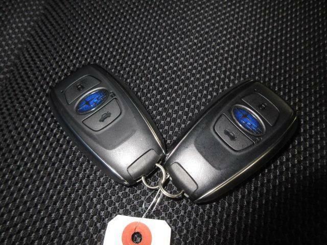 スマートキーです。鍵がポケットの中でもドア開閉・エンジンスタートが可能な便利なスマートキーです!ドアの施錠にも鍵が不要でとても重宝する装備です☆