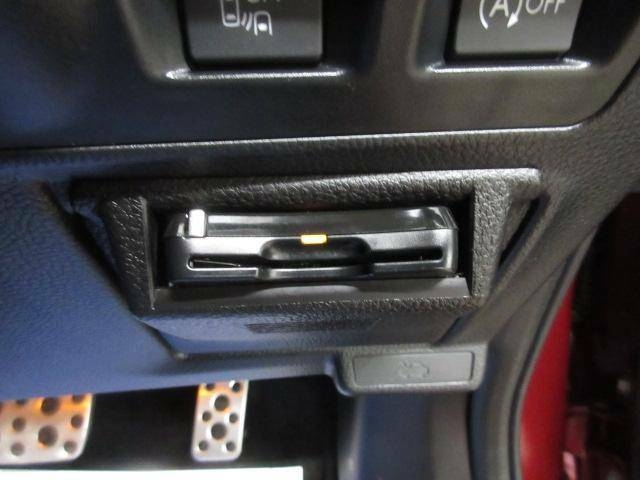 ETCを装備しております。高速道路の料金所で一回一回お財布からお金を出して・・・といった手間を省けてしまう便利な装備です。