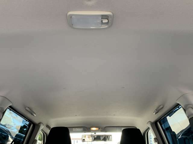 【天井】シミや垂れ、タバコ焦げなどございません。キレイな状態が保たれており、ご納車前にさらに丁寧にクリーニングさせて頂きます♪