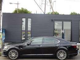 フルエアロで覆われたブラックボディに、20インチアルミで、大きな存在感を放っております☆全ドアイージークロージャ付!半ドアの状態でも、自動で閉まります!こういった所もさすが高級車ではないでしょうか!