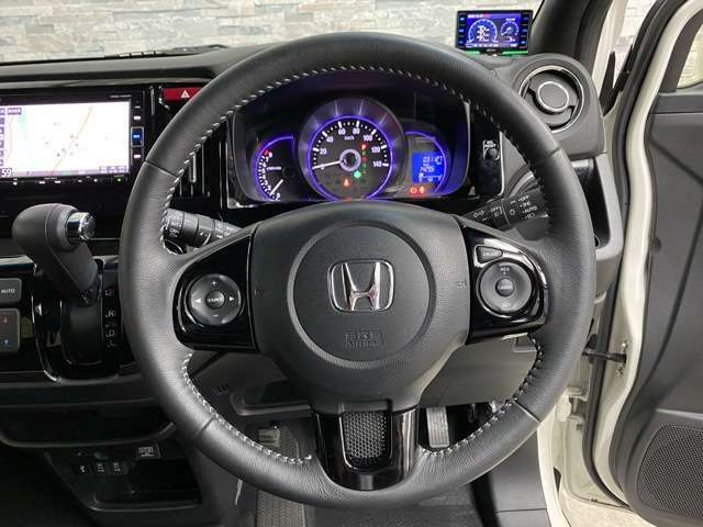 運転しやすいすっきりとしたハンドル周りです。