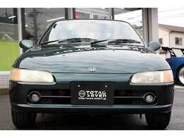 コンパクトなボディに開閉式の屋根、スポーツカーらしい後輪駆動のミッドシップエンジンです。