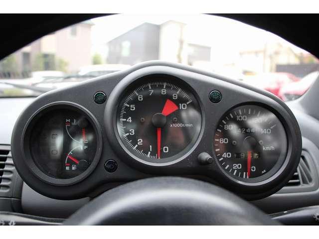 特別仕様車専用、独立3眼のブラックメーターが設置されております。