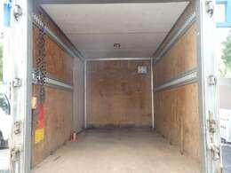 荷台の詳細と致しまして、最大積載量2,000kg、荷台後ろ開口部の詳細と致しまして、幅:176cm 高さ:180cmとなっております。なお、ボディはキタムラ製です!