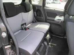 後席も足元広くゆったりとしたスペースでとっても快適です!