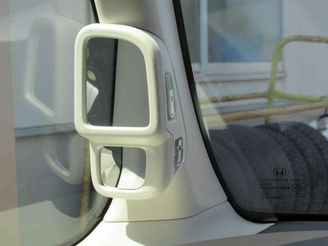 通常は運転席から見えない左フロントタイヤの前方を映し出すサイドビューサポートミラー。さまざまなシーンで安心感のある運転をサポートします。