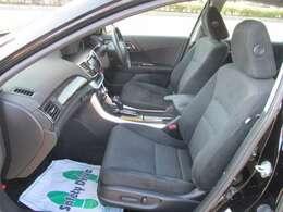 運転席と助手席はパワーシートになってます。電動で微調整が利きます。