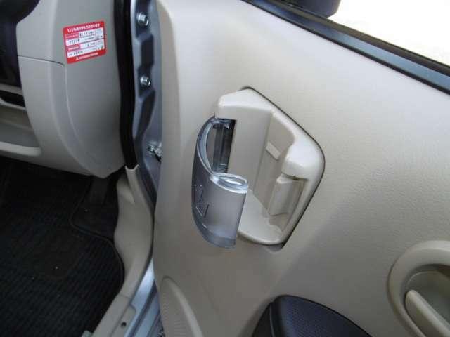 運転席ドアにドリンクフォルダー!あると便利です。