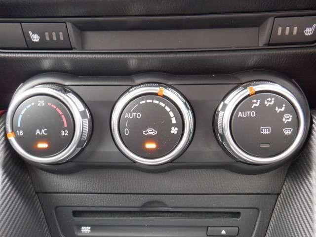 オートエアコンがついています。温度を設定すれば、設定温度に達したとき風量を減らしたりと、とても便利な装備ですよ!