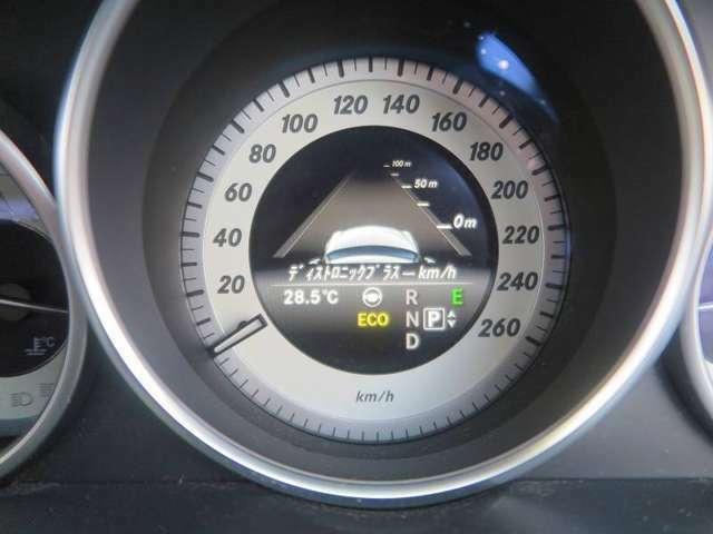 車間距離を一定に保つディストロニック・プラスや死角になりやすい位置に車がいることをミラーで知らせるブラインドスポットアシスト機能等の安全装備が揃ったレーダーセーフティパッケージ付き!自動駐車付き!
