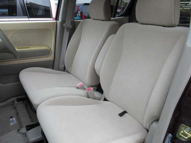 助手席も綺麗な状態でベンチシートはゆとりもあります。