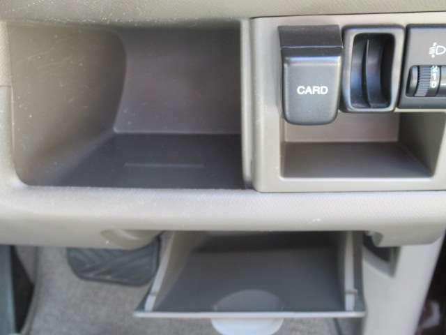 運転席右部には小物ケースが多くついていますので、収納には困りませんね。