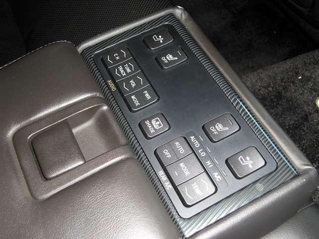 ■後部座席のコントロールパネル。シートヒーターも付いてます。