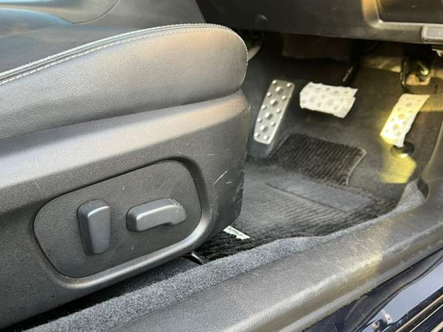 電動シート装備!細かく調整ができますので、便利です。
