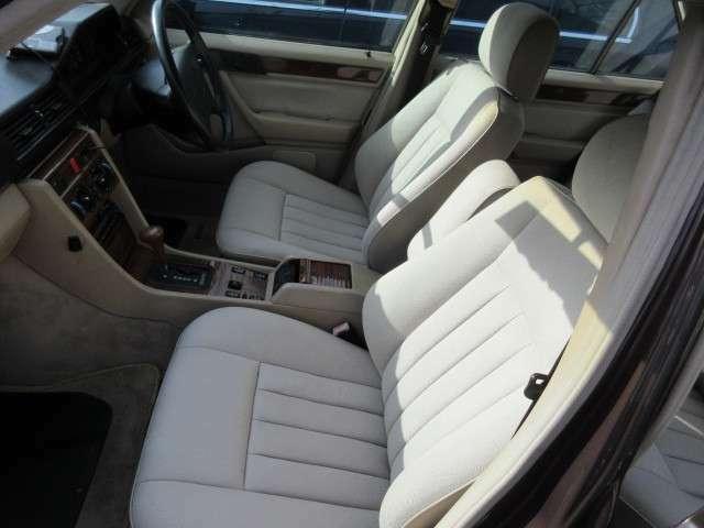 運転席、助手席共にシートの状態も良好です。