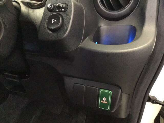 燃費の向上に役立つ、ECONボタンがついています。アクセルを深く踏んでもスロットルの制御をしたり、エアコンの効かせすぎなどの調節をしてくれます。