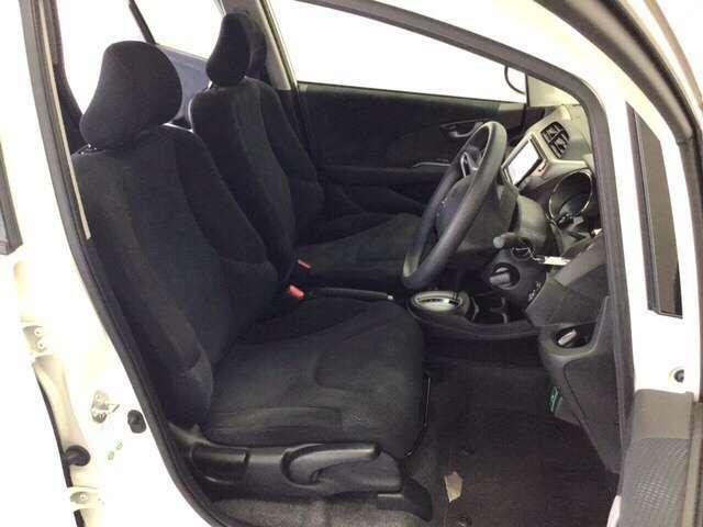 女性でも運転がしやすいようにシートの高さ調整機能(シートリフター)がついています。座面も厚みがあり背もたれも高く、ゆったりくつろいでお乗りいただけるシートです。