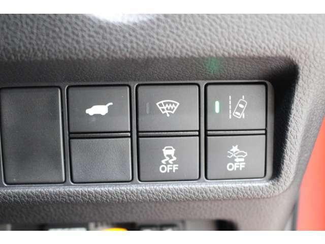 ブレーキやステアリングの制御技術で、安心・快適な運転や事故回避を支援するHondaSENSING!!衝突軽減ブレーキや路外逸脱制御機能、斜線維持支援システムなど様々な機能がございます。