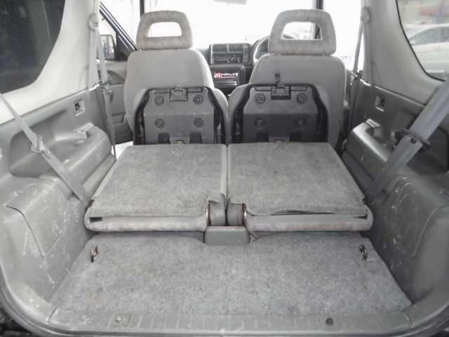 後席シートバックは左右別に前倒しできます。