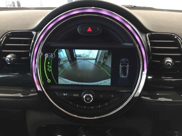 MINIの純正HDDナビのお写真でございます。タッチパネル式のナビで、丸型の多彩色なLEDの装飾が、車内空間をより楽しくさせます。