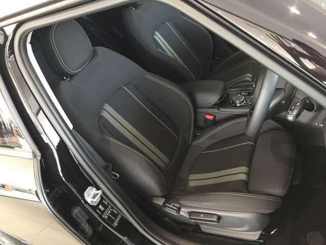 こちらは、運転席のお写真でございます。シートには、白のラインが入っており、室内からスポーティにさせます。